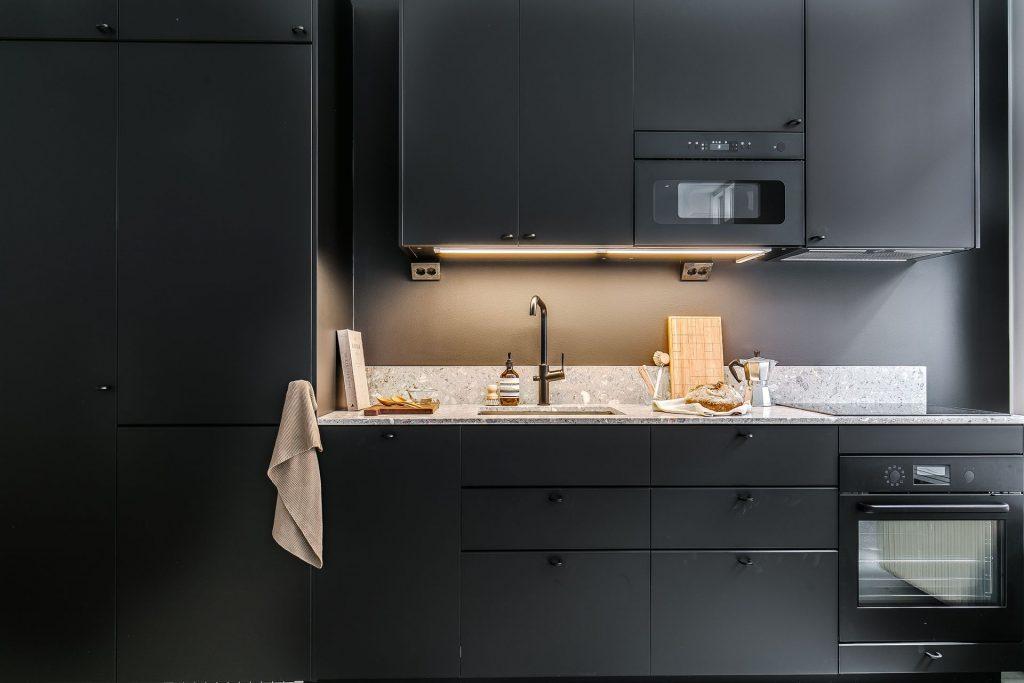 modernt kök med svarta köksluckor
