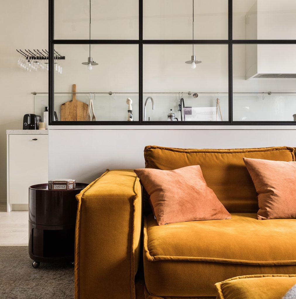glasvägg bakom en orange soffa
