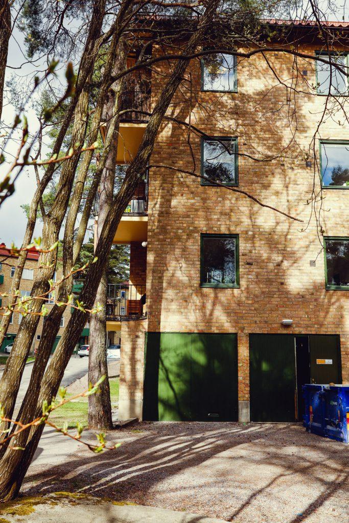 lägenhetshus med gröna garageportar