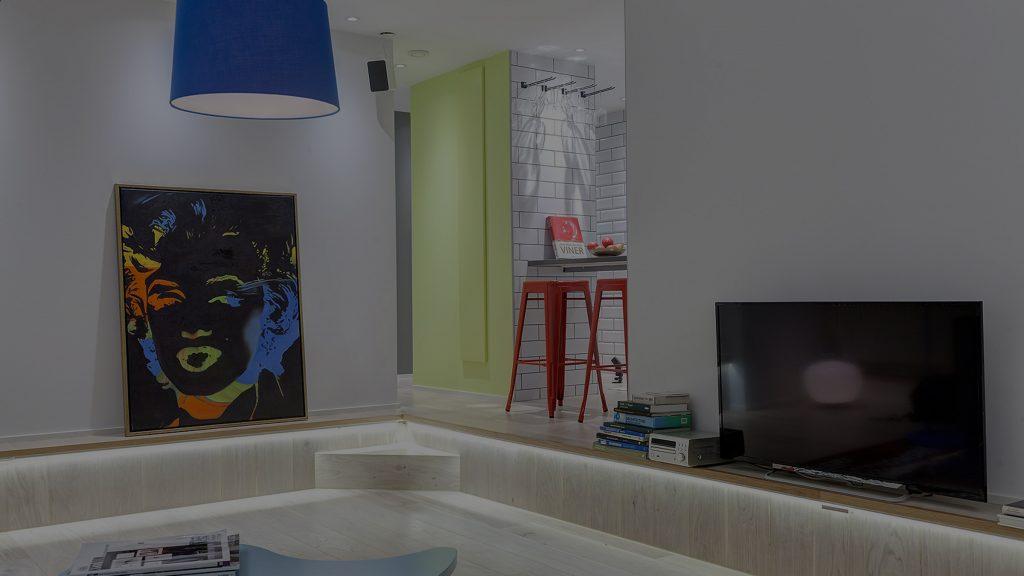 artsy lägenhet olika detaljer i starka färger och ledslinga i trappsteg